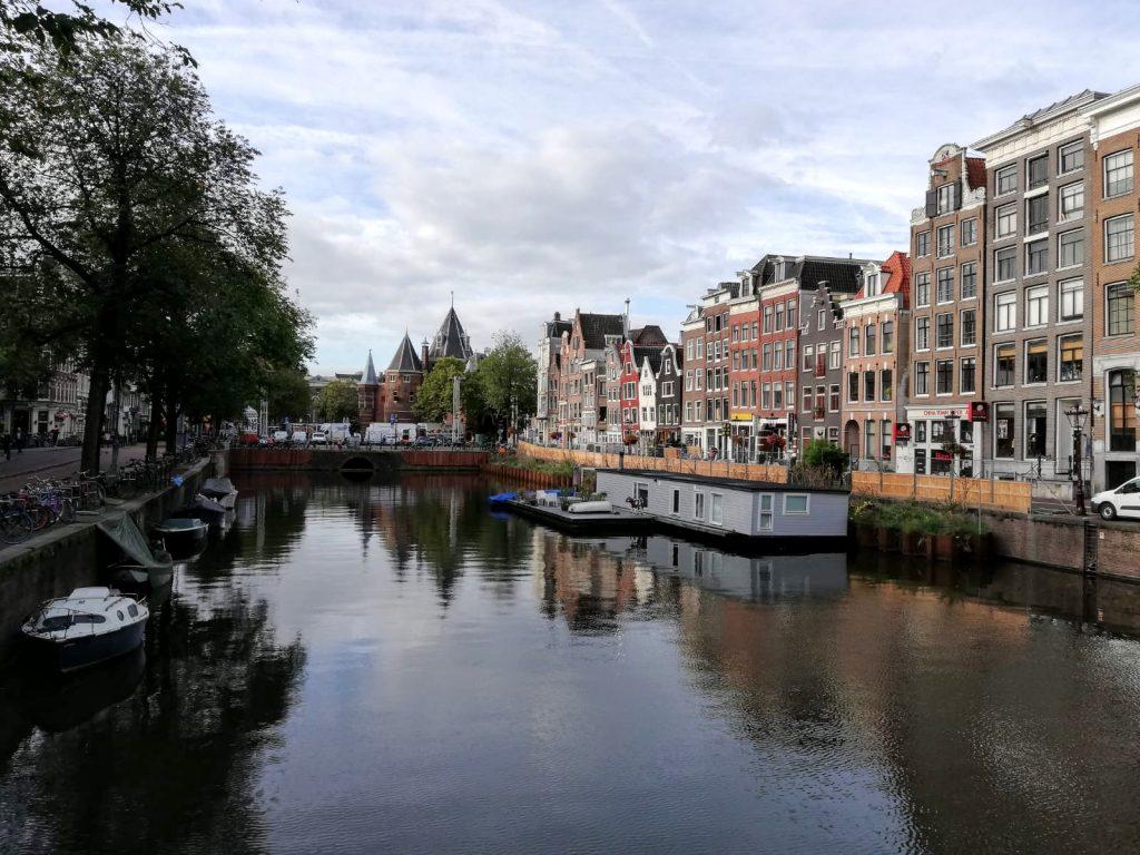 Amsterdamse gracht met grachtenpanden